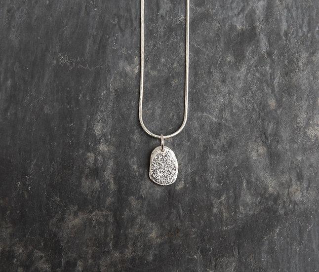Small pebble pendant / Crogdlws carreg glan môr