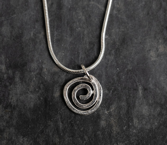 Tiny Spiral Pendant / Crogdlws Troellog Bach