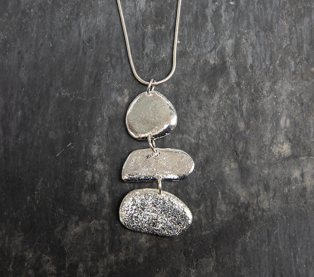 Triple pebble pendant / Crogdlws  carreg glan môr triphlyg