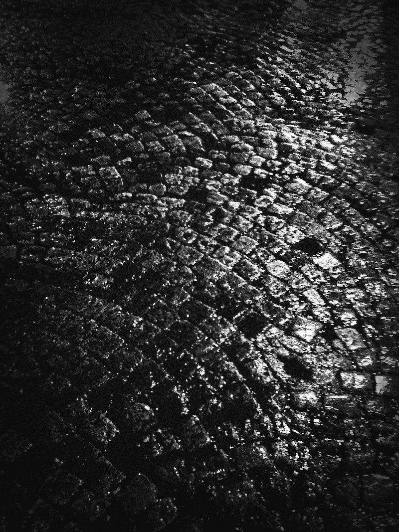 Pavé nuit sous la pluie Paris