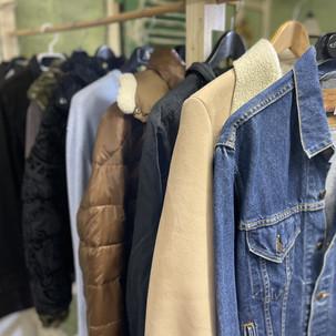 Kleider in der Brocki Muri-Gümligen