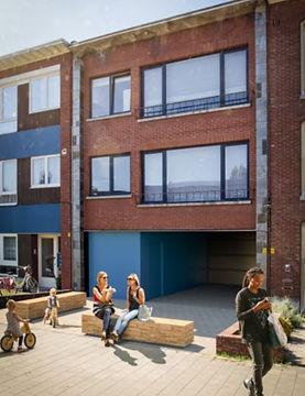 De lagere schoolkinderen krijgen een nieuwe ingang in de Gustaaf Garittestraat 17. We voorzien hier nieuwe fiestenstallingen en een overdekte speelruimte.