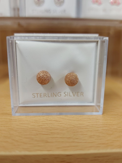 Classic round ball earring in gold with a touch of sparkle. 925 silver