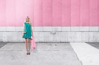 ピンクウォール上のファッションモデル