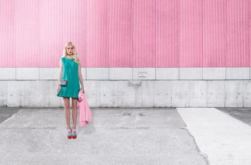 Model auf rosa Wand