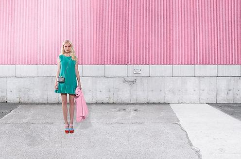 Modèle de mode sur Pink Wall