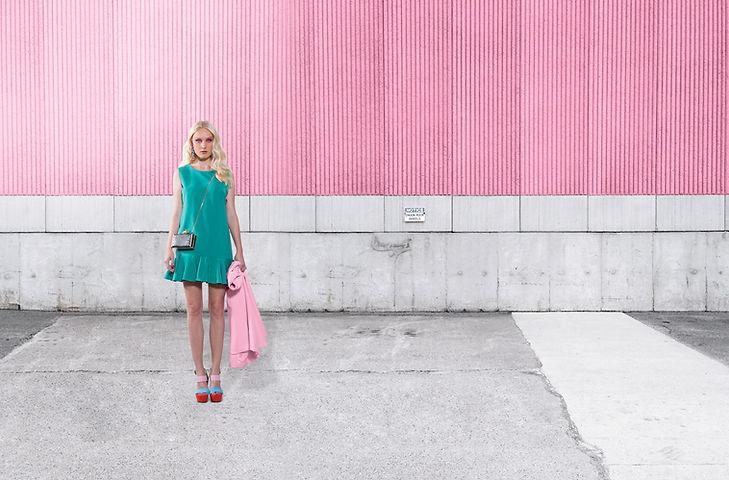 핑크 벽에 패션 모델