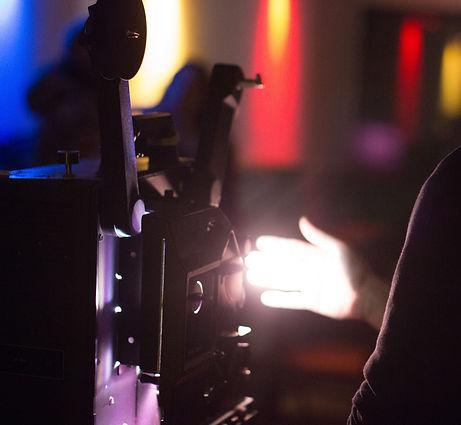 proyector y mano.jpg