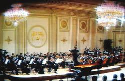 52. 완공된 청와대 영빈관에서의 행사 장면을 TV에서 찍은 사진