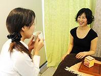 カウンセリング後笑顔で話す女性