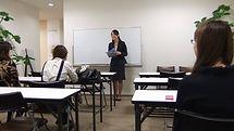 講師をする女性