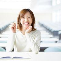 笑顔で勉強をしている女性