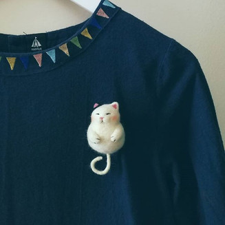 Needle felt fat cat brooch, her tail can