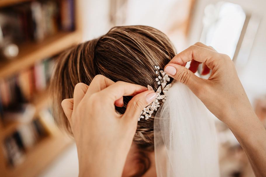 bridal-hair-securing-veil.jpg