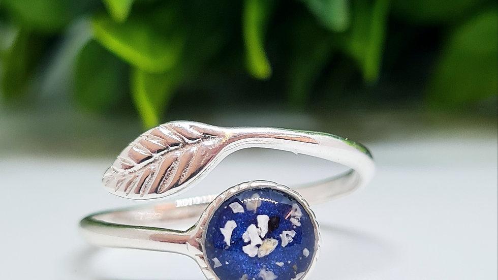 Adjustable ring with leaf