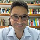 foto de homem usando óculos de grau e vestindo camisa.