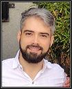 Foto de homem de cabelos curtos e barba.