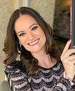 Foto de mulher de cabelos compridos e sorridente.