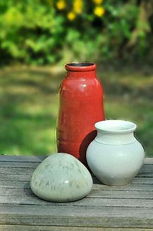 Faïence rouge et blanche emaillé , pot blanc et vase rouge.Email :couverte transparent brillante.pour mettre des fleurs ou décorer une pièce.