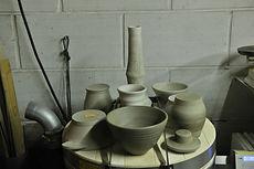 toutes ces céramique ont étés faites au tour elle attendent d'être tournassés. c'est à dire débarrassé de leurs défaults.s