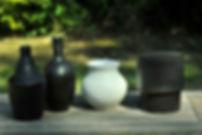 vases en grey emaillés en couleur noir.