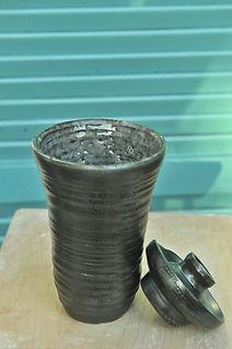 Pot noir avec son couvercle l'ensemble créer avec de l'argile ''africaine'' réalisé au tour, engobé, emaillé d'une couverte brillante
