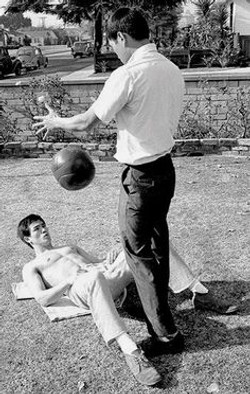 Bruce Lee training abs