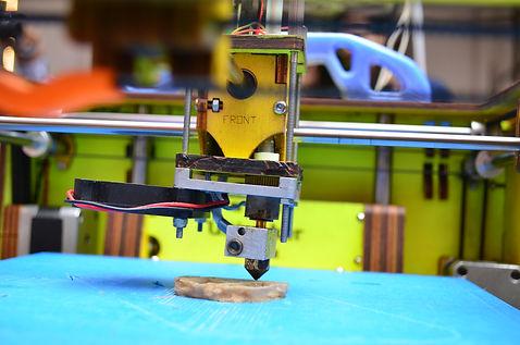 Printing_with_a_3D_printer_at_Makers_Par