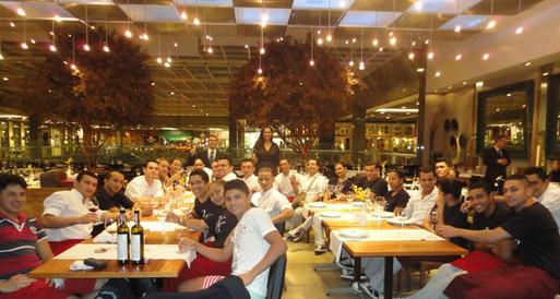 Treinamento de serviço de vinho para a equipe do Alessandro & Frederico Barra.