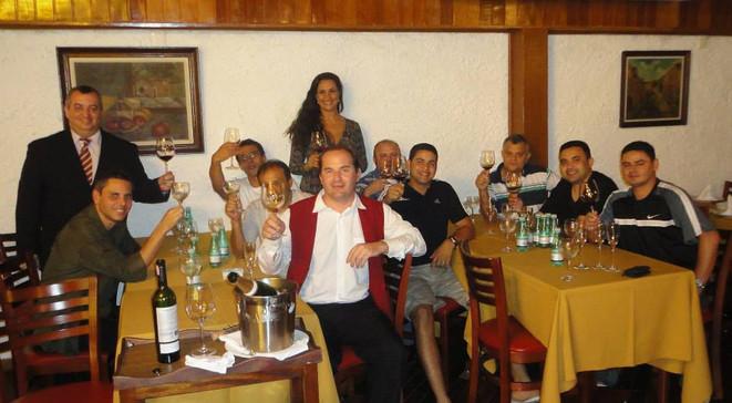 Treinamento de serviço de vinho para a equipe do Quadrifoglio Village Mall.
