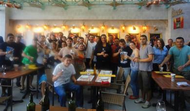 Treinamento de serviço de vinho para a equipe de 45 garçons do novo Paris 6, na Barra.