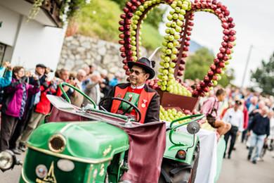 Herbstfest_schenna_erntedank_traktor_apf