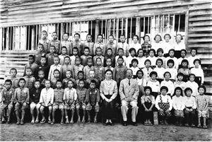 02.8.15今昔写真_4年生68人(疎開学童23人も).jpg