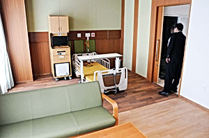 02.8.29十日町病院・緩和病棟居室.jpg