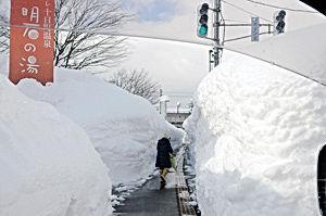 十日町豪雪・クロステン前・歩道.jpg