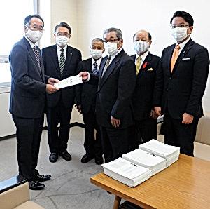 02.10.24県庁署名提出・署名簿.jpg
