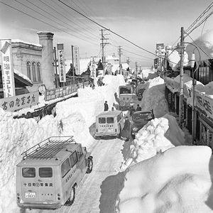 03.3.6本町3丁目-雪下ろし.jpg