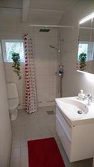 Badrummet med dusch påenelyckan, Körsbärsdalen B&B