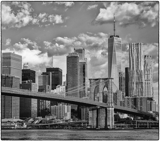 Manhattan behind the Brooklyn Bridge park