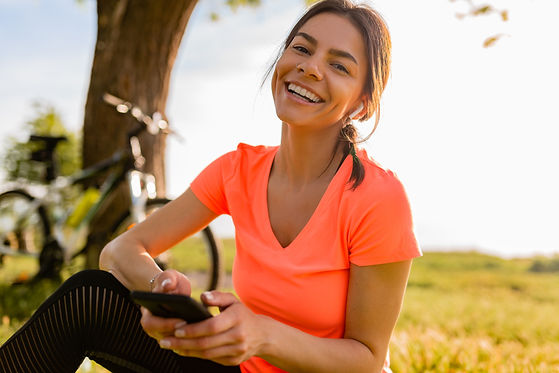 smiling-beautiful-woman-holding-phone-do