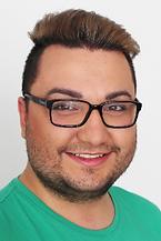 Mann mit Brille und Bart lacht