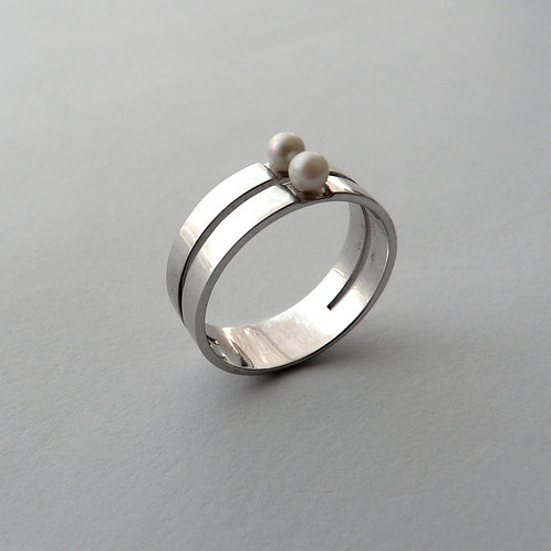 White gold ring with pearls