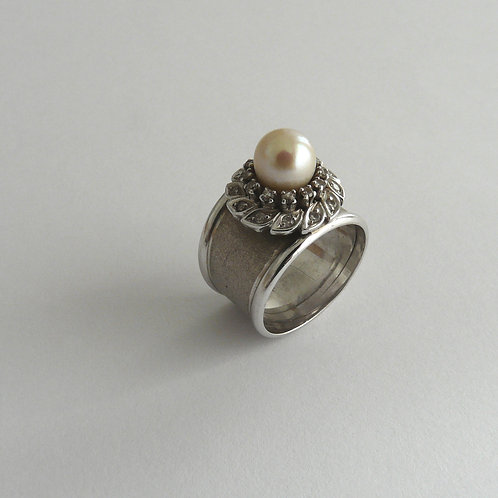White gold ring with diamonds and pearl