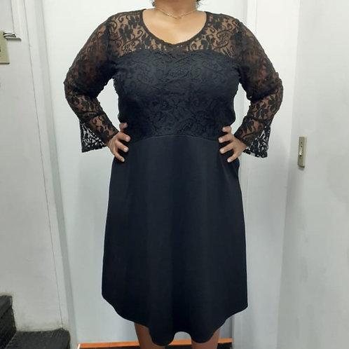 Vestido preto, corpo e mangas em renda