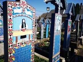 In Romania il cimitero allegro onora i defunti con frasi ironiche e risate