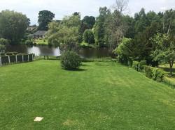 le vaste jardin clôturé