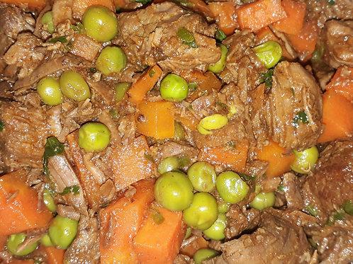 Picadinho de carne com cenoura e ervilhas frescas