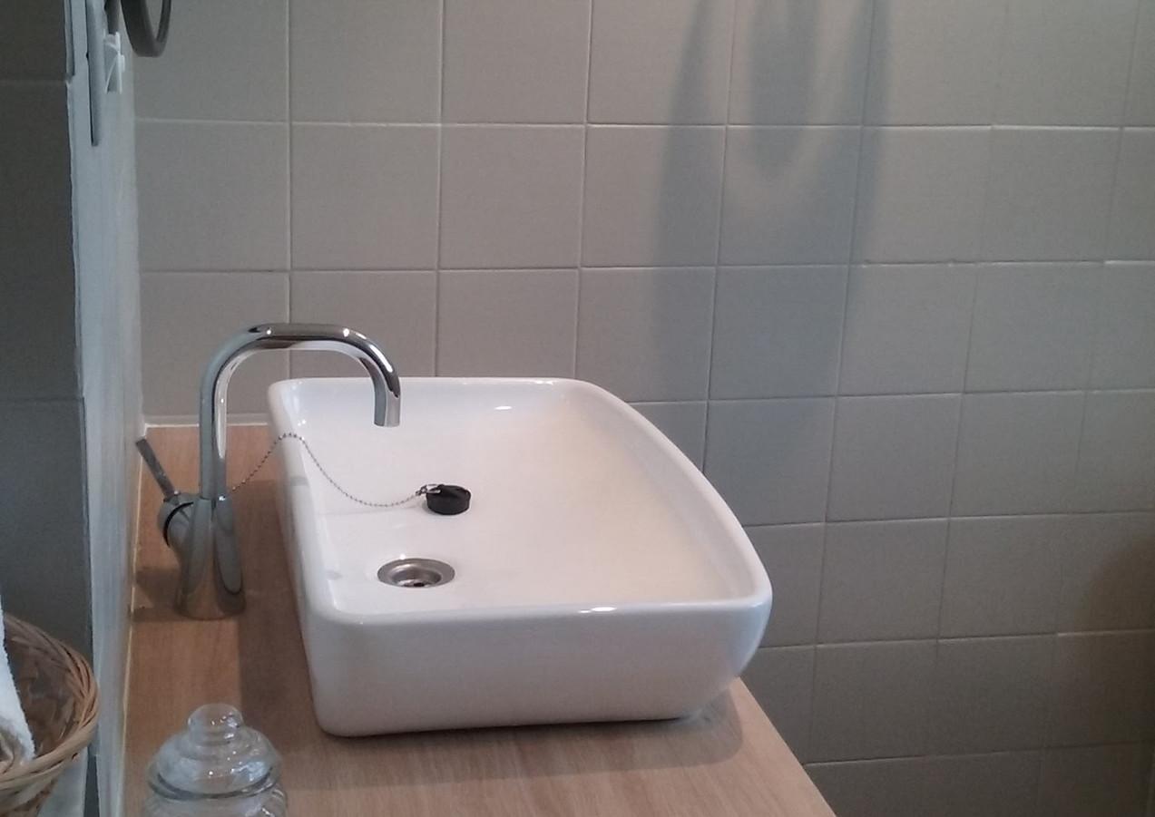 Salle d'eau & coin lavabo après home staging