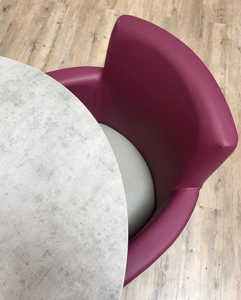 fauteuil et table close up by Cour Interieure
