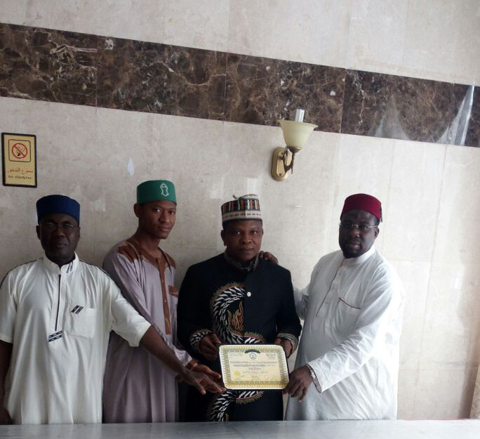 Dur'ul Qadiriyya receiving Award